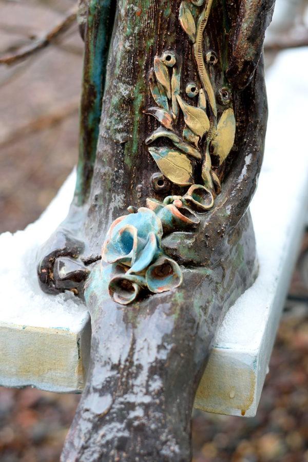 Ceramiczny, siedzący anioł w brązowym kolorze. R ustykalny anioł z pogodną miną na komodę albo kominek.