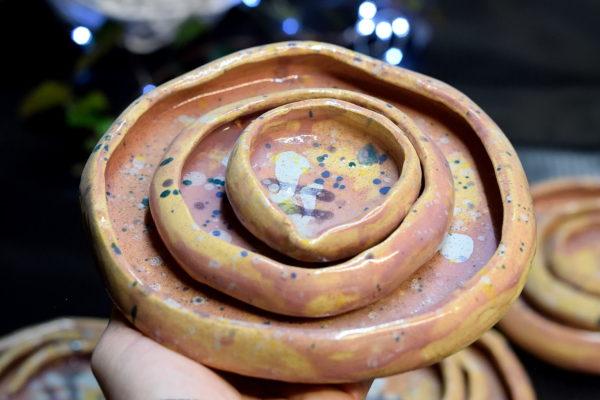 Różowy wyjątkowy komplet talerzy deserowych do podania azjatyckich potraw. Wykonany ręcznie z jasnej gliny nowoczesny zestaw.