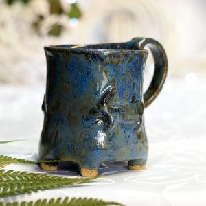 Kubek ceramiczny niebieski z motywem zająca. Niebieski kubek na nóżkach ręcznie robiony kubek ceramiczny.