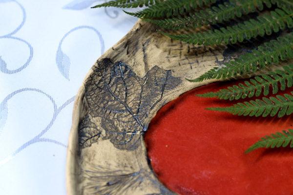 Wyjątkowa, rustykalna patera z motywem liści. Pokryta pięknym koralowym szkliwem. Rustykalna ,płaska patera o nieregularnym kształcie.