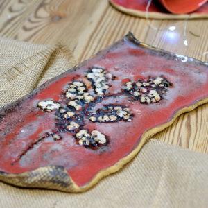 Czerwona podłużna patera z motywem roślinnym przeznaczona do serwowania ciasta, przekąsek Ręcznie robiona ceramiczna patera.