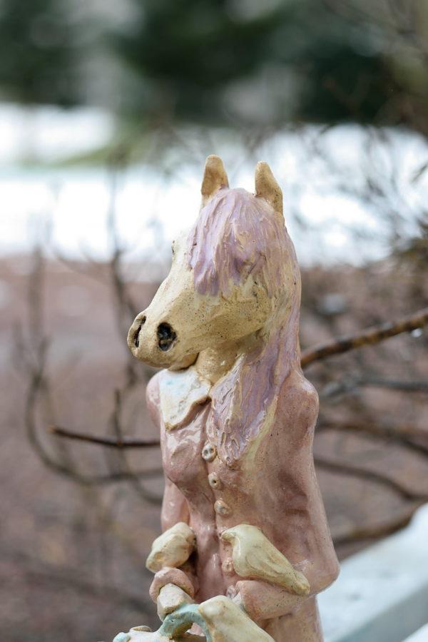 Rzeźba ceramiczna, różowa rzeźbą przedstawiająca konia, sztuka współczesna.