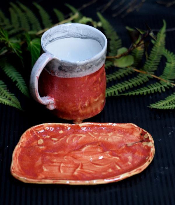 Czerwony kubek na kawę. Kubek na nóżkach razem z podstawką. Zestaw na prezent dla żony.