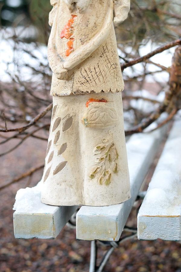 Ceramiczny lampion pod zadaszony taras. Wysoki anioł w rustykalnym stylu.