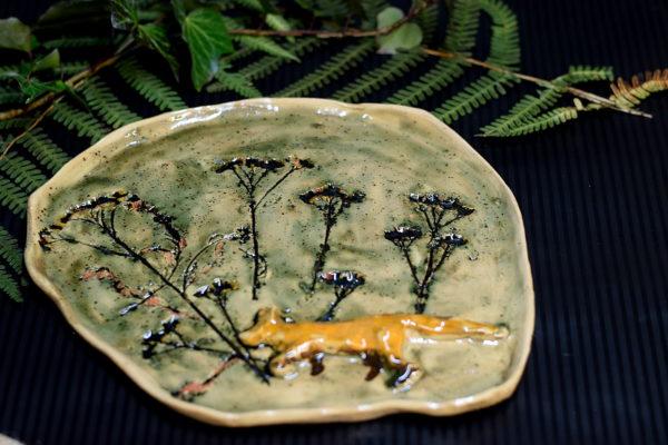 Ceramiczna patera, talerz ręcznie robiony z masy ceramicznej. Rustykalna patera z motywem zająca. Patera nadaje się do serwowania owoców, ciasta czy pysznych przekąsek.
