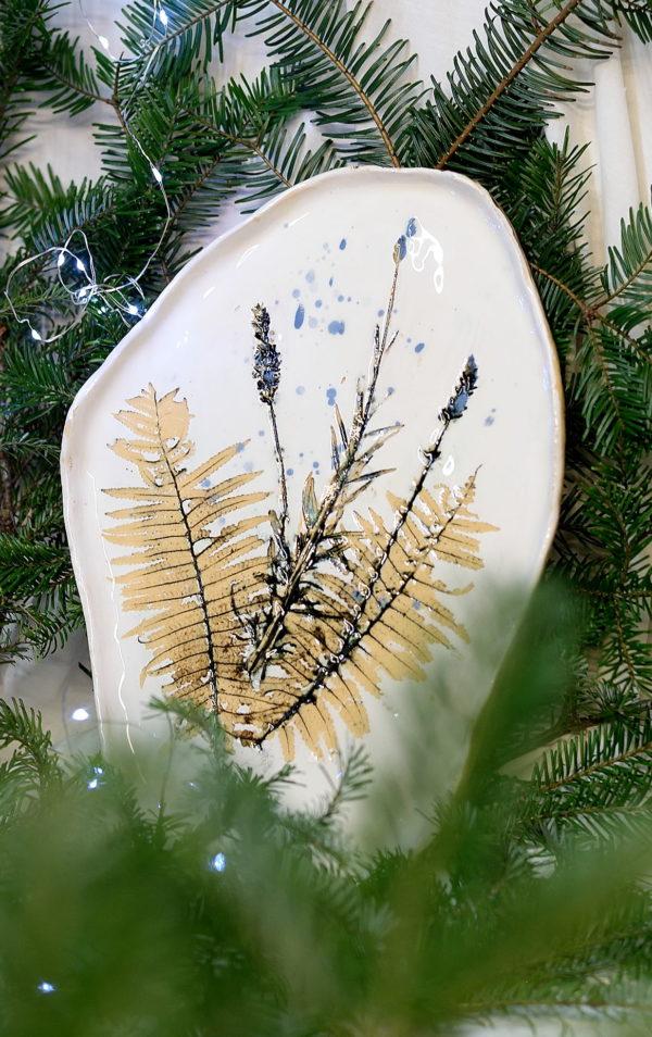 Piękna biała patera z motywem roślinnym taka lawendowa patera. Ręcznie robiona patera na owoce lub cisto.