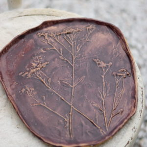Patera ceramiczna ręcznie robiona w bakłażanowo fioletowym kolorze. Nieregularna z motywem roślinnym wyjatkowa dekoracja stołu lub super pomysł na prezent