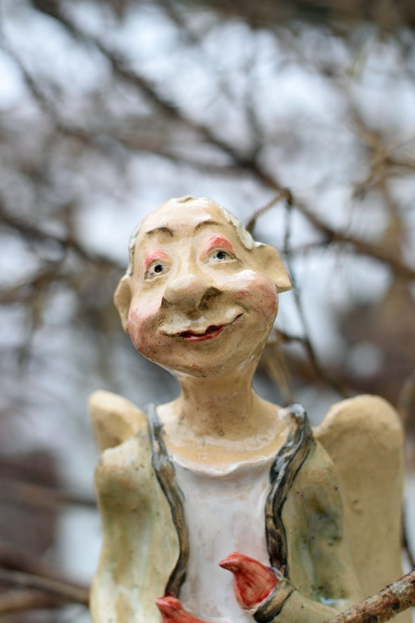Ceramiczna rzeźba anioła z ptaszkami. Radosny anioł w płaszczu trzyma ptaszki wolności. Ręcznie stworzony stojący anioł.