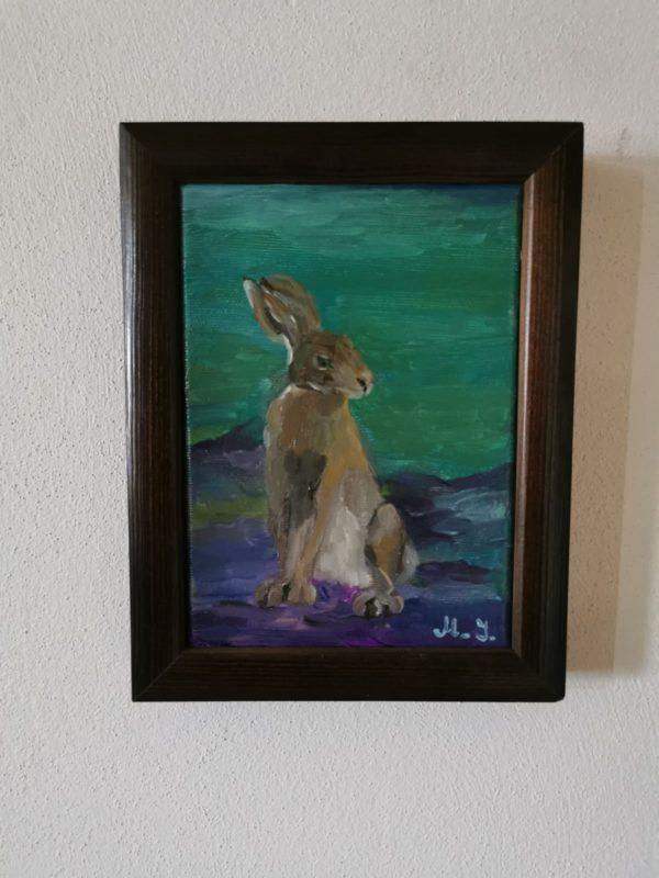 Mały obrazek na ścianę, malowany farbami olejnymi. Obraz przedstawia zająca. Obraz recznie malowany oprawiony w drewnianą rankę.