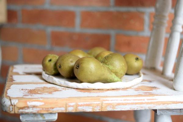 Ręcznie robiona płaska patera ceramiczna. Patera ceramiczna z wiosennymi kurami. Okrągła patera na ciasto lub owoce. Biała patera świąteczna..