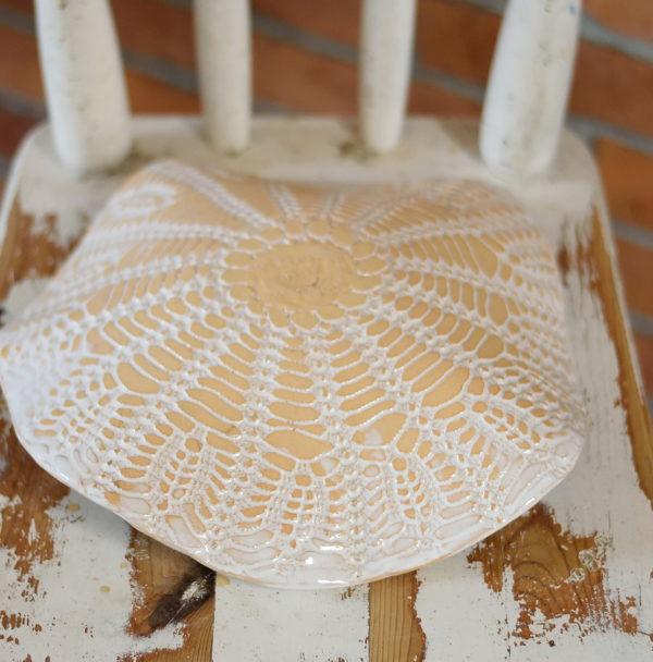 Ceramiczna misa pokryta białymi szkliwami. Delikatna koronkowa misa idealny pomysł na nowe wnętrze.